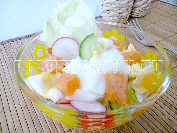 салат с красной рыбой, яйцом, огурцом