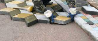 Укладка тротуарной плитки своими руками – пошаговая инструкция и фото